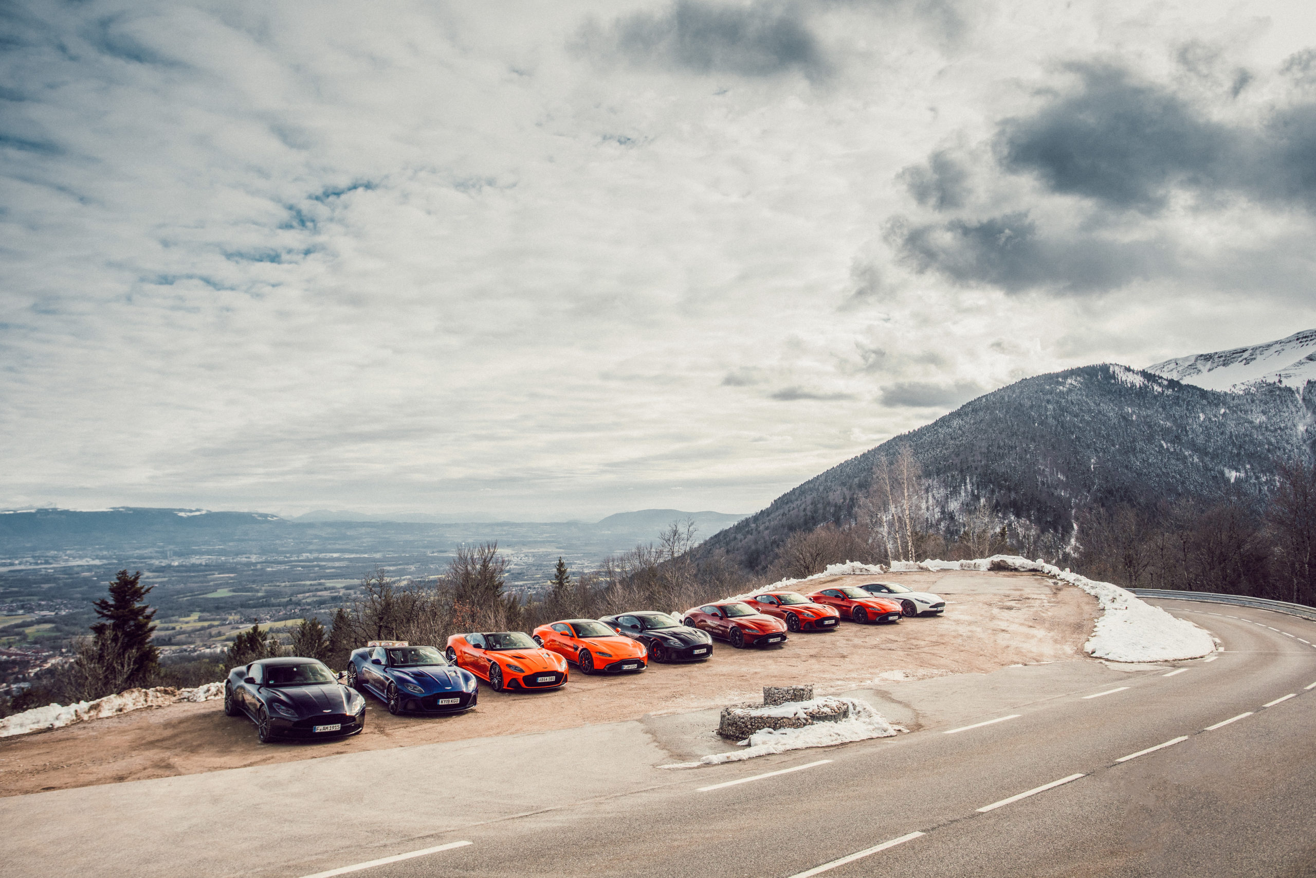 Roter Aston Martin Geneva in einer Reihe in den Bergen