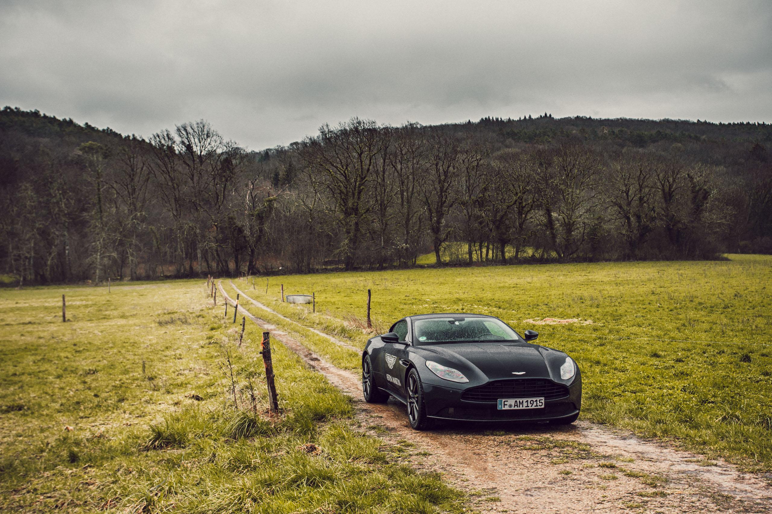 Schwarzer Aston Martin Geneva auf einem Feldweg