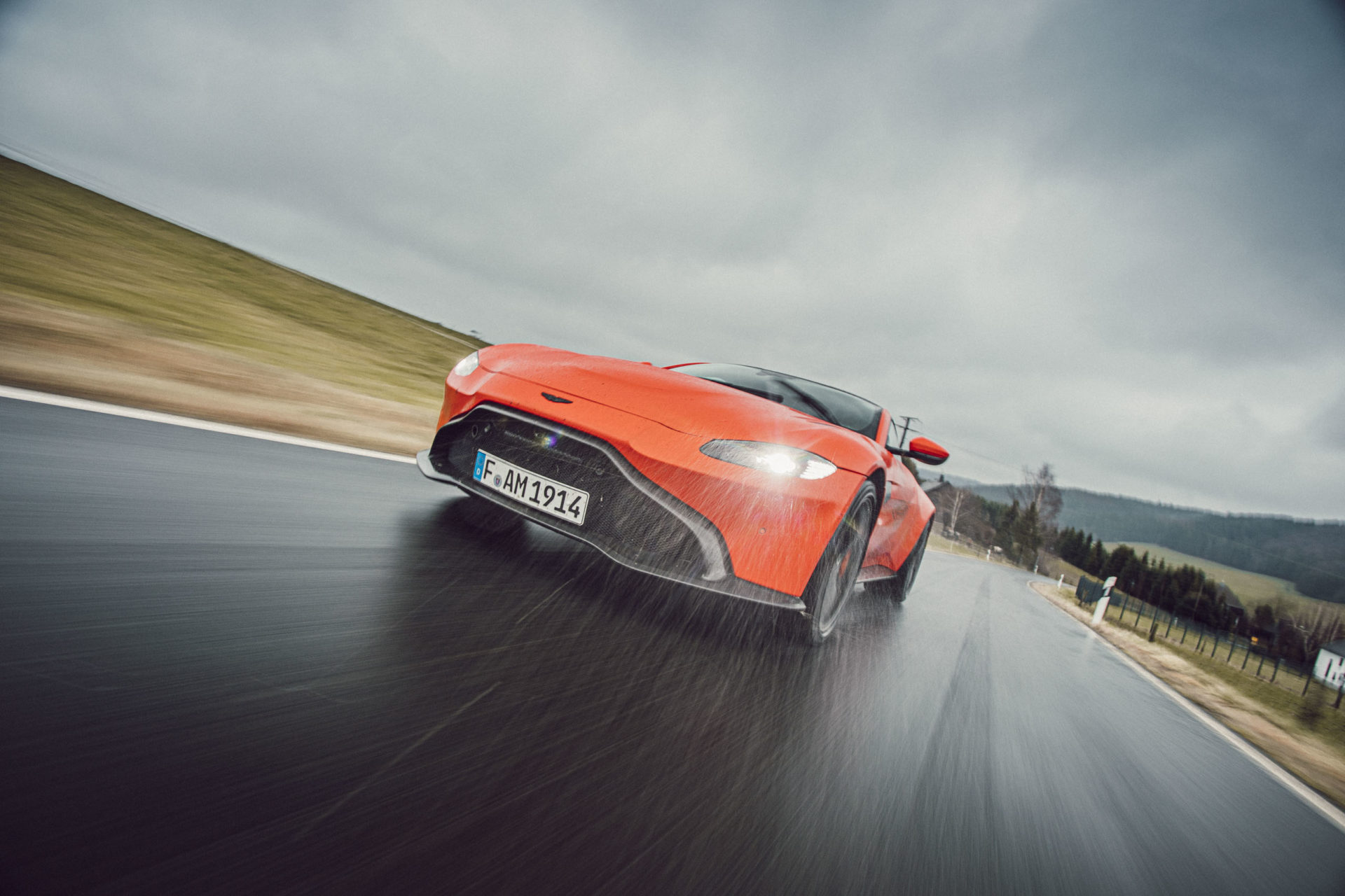 Roter Aston Martin Geneva während Regen bei der Fahrt