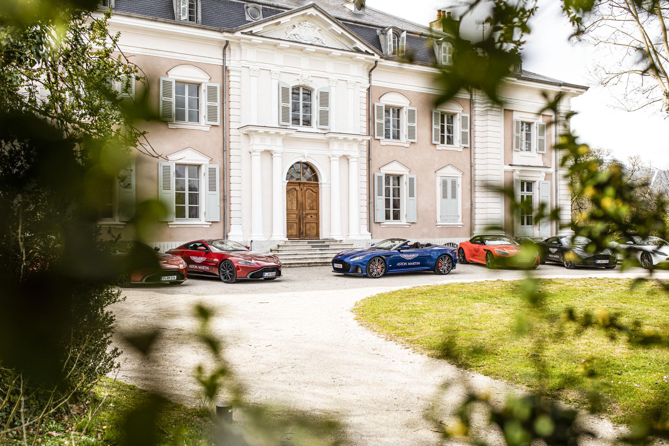 Aston Martin Geneva vor einer Villa
