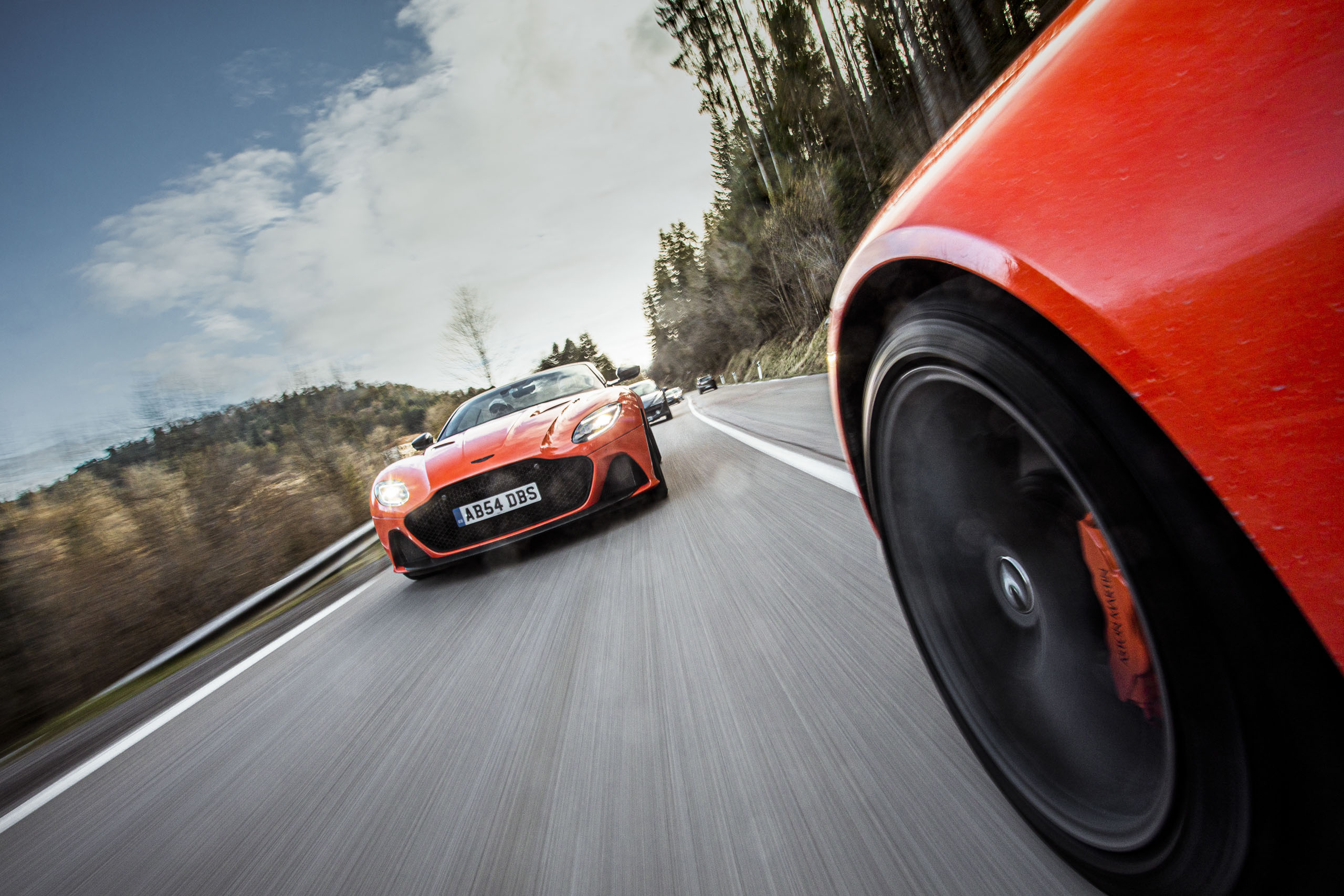 Roter Aston Martin Geneva auf der Straße