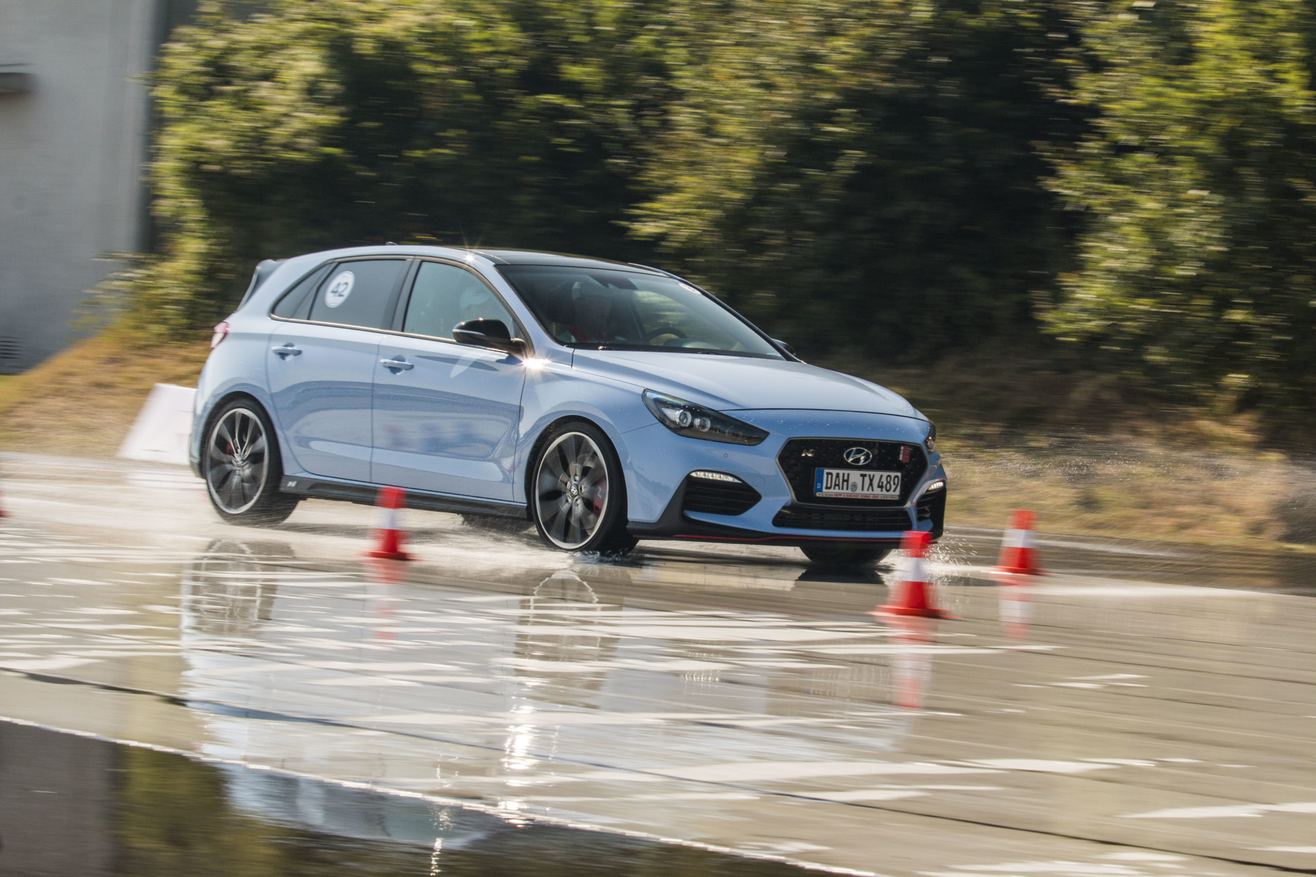 Blauer Hyundai auf nasser Straße